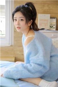 单马尾美女居家吊带毛衣性感人体艺术写真图片