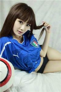 足球宝贝美腿翘臀床上诱惑写真