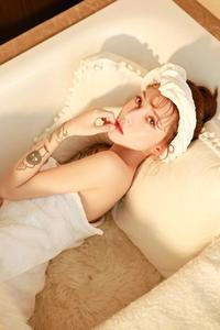 纹身美女真空半裸性感白皙人体艺术摄影