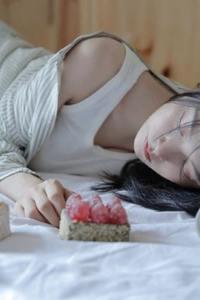 身娇体软的小女友羞涩床上美女图