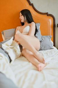 日韩美女何嘉颖白色原味内内床上爆乳撩人美女图