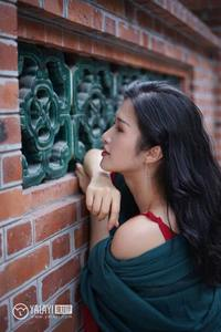 邻家熟女姐姐吊带乳沟艳红长裙抚媚人体艺术写真