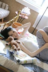 高挑身材美女尤物居家隐私部位走光床上美女火辣写真